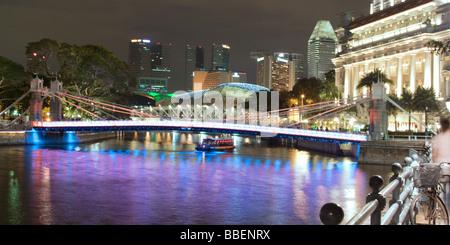 Singapur river Footbridge Cavenagh bridge Fullerton Hotel Skyline of Singapur South East Asia twilight - Stock Image