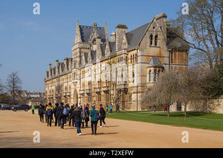 A visiting school group walk towards the tourist entrance to Christ Church Cathedral, Oxford, in the Meadow Building - Stock Image
