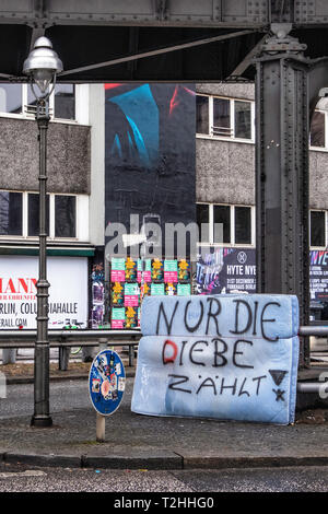 Berlin, Kreuzberg.Discarded mattress with graffiti. Inscribed 'only love counts' but changed to 'only the thieves count' - Stock Image