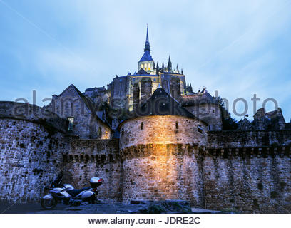 Le Mont St. Michel, at the mouth of the Couesnon River in southern Normandy, France, shown during the 'blue - Stock Image