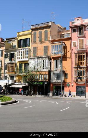 Farbenprächtige Häuser, Plaça de la Reina, Palma, Mallorca. - Colorful colourful houses, Plaza de - Stock Image