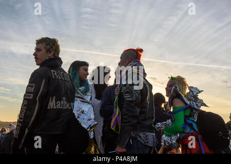 Stonehenge, Amesbury, UK, 21st June 2018,   Group at the summer solstice   Credit: Estelle Bowden/Alamy Live News. - Stock Image