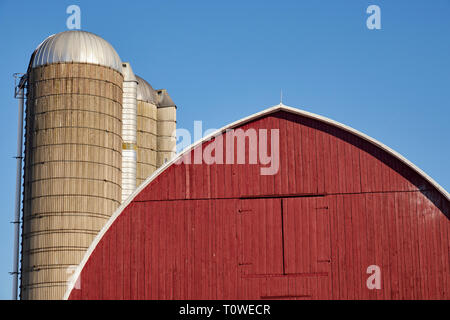 A barn and silos on a farm. Lancaster County, PA - Stock Image