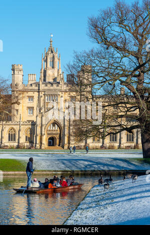 Cambridge, UK. 30th Jan, 2019. Puntin on the River Cam after overnight snow, St John's College, Cambridge, UK. 30th Jan, 2019. UK Weather Credit: Alan Copson City Pictures/Alamy Live News - Stock Image