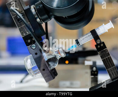 31.03.2019, Hannover, North Rhine-Westphalia, Germany - Hanover Fair, Industrial robots work in the medical laboratory, here at the Schenk stand. 00X1 - Stock Image