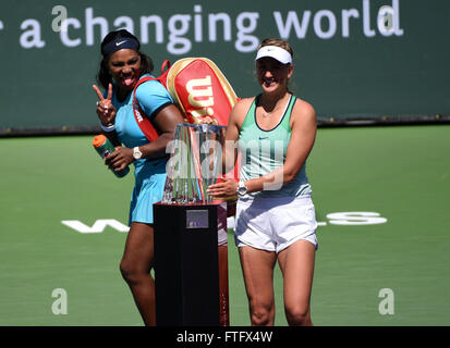 Indian Wells, CA. 20th Mar, 2016. Serena Williams jokingly photobombs Victoria Azarenka's trophy shot during - Stock Image