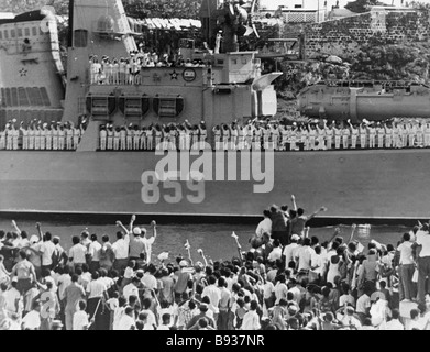 Havana townsfolk take departure of Grozny Formidable missile cruiser in the port - Stock Image
