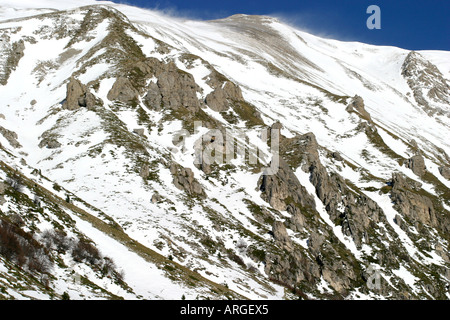 Snow etches dramatic diagonals on the slopes of Monte Vettore ,2,476 metres, in the Sibillini National Park Le Marche Italy - Stock Image