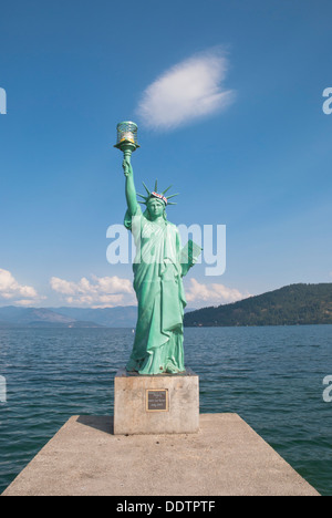 A replica of the Statue of Liberty  guides pleasure craft to safe harbor, at Lake Pend Oreille, Sandpoint, Idaho, USA. - Stock Image