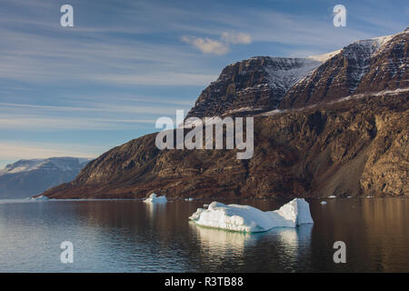 Greenland, Scoresby Sund, Gasefjord. Iceberg and snowy mountains - Stock Image