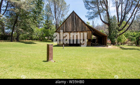 Shasta City Barn, the lusty 'Queen City' of California's northern mining district, along Highway 299, on a late spring day, front view. The Pioneer Ba - Stock Image