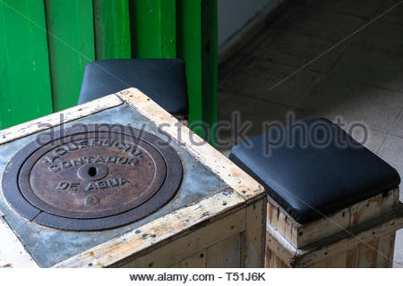 'El Mejunje de Silverio' indoors details of the famous place and tourist attraction. Gallery table made with an aqueduct lid. The local landmark is a  - Stock Image