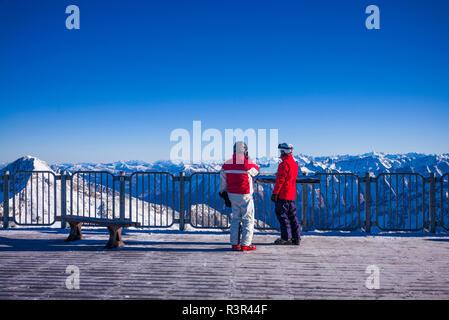 Austria, Tyrol, Zillertal, Hintertuxer Glacier, skiers at summit (3250 meters) - Stock Image