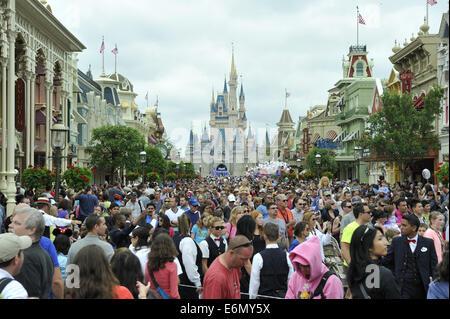 Crowds fill the main avenue leading from Cinderella Castle, Magic Kingdom Park, Walt Disney World, Orlando, Florida - Stock Image