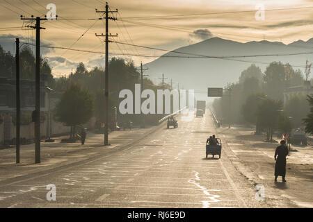Tibet, Verkehr auf dem Friendship Highway - Stock Image
