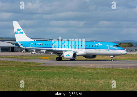 A scheduled daily flight between Inverness and Skipol in Amsterdam taxis at the Scottish Highlands Airport. - Stock Image