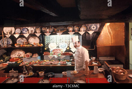 Traditional pub with old fashioned carvery restaurant attached - Stock Image