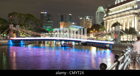 Singapur river, Footbridge, Cavenagh bridge, Fullerton Hotel, Skyline of Singapur, South East Asia, twilight - Stock Image