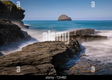 Dramatic sea ledges at high tide on north Atlantic coast, Trebarwith Strand, Cornwall, England, UK - Stock Image