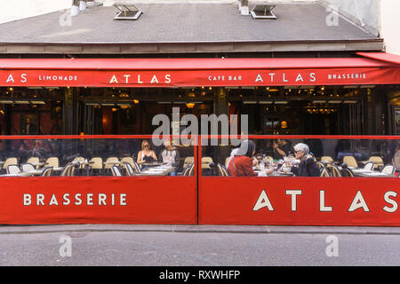 People having lunch at brasserie L'Atlas in the Sain Germain des Pre district of Paris, France. - Stock Image