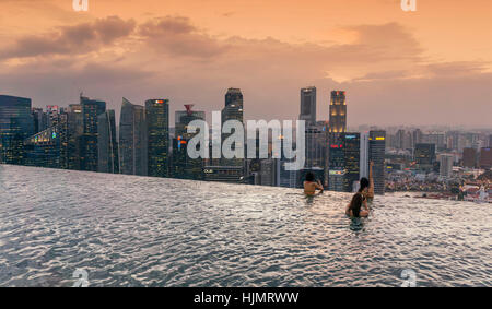 Marina Bay Sands , Infinity pool, Roof Terasse, Sunset, Skyline, Asian Tourists, Marina Bay, Singapore, Singapur, - Stock Image