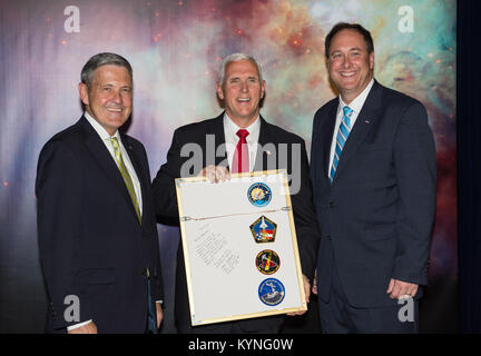 Vice President Mike Pence receives a commemorative montage from Kennedy Space Center (KSC) Director, Robert Cabana, - Stock Image