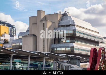 Blackfriars railway bridge with Sampson House, brutalist building by Fitzroy Robinson & Partners - Stock Image