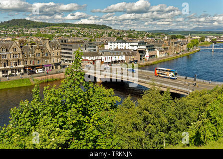 INVERNESS CITY SCOTLAND CENTRAL CITY THE RIVER NESS AND NESS ROAD BRIDGE WITH DOUBLE DECKER BUS AND PEDESTRIANS - Stock Image