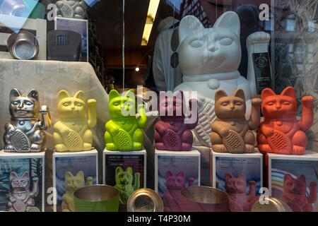 Japanese lucky figures, waving cats, Maneki-neko figures, in a shop window, Germany - Stock Image