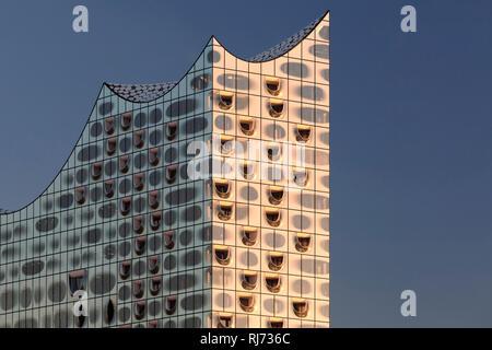 Elbphilharmonie bei Sonnenuntergang, HafenCity, Hamburg, Deutschland - Stock Image