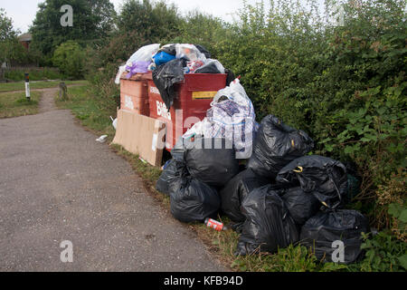 overflowing bins, rubbish dumped by narrow boaters on the Grand Union Canal at Cooks Wharf car park nr Cheddington, - Stock Image