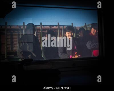 MONGOLIA MAI 20 : Une famille Mongole attend sur un quai de gare que le Train reparte en direction de Pekin, le - Stock Image