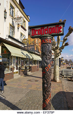 The famous carved street sign of the Drosselgasse in Rüdesheim, in the Mittelrheintal, Germany. - Stock Image