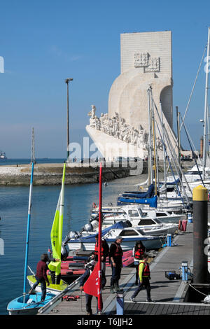Schoolchildren walking on Doca de Belem marina & view of Monument to the Discoveries of the New World Lisboa Lisbon Portugal Europe EU  KATHY DEWITT - Stock Image