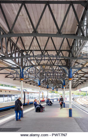 Platform and canopy with cast iron supports at Salisbury railway Station, Wiltshire, England, UK. - Stock Image