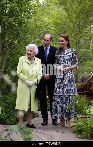 Queen Elizabeth II and the Duke and Duchess of Cambridge during their visit to the RHS Chelsea Flower Show at the Royal Hospital Chelsea, London. - Stock Image