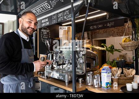 Barista vom Café Perfetto bei der Arbeit mit einem mobilen Kaffeewagen, Mülheim an der Ruhr, Deutschland - Stock Image