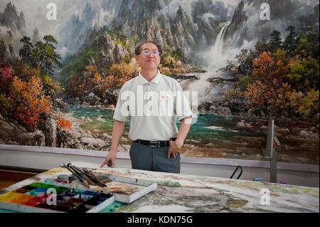 Professeur et maitre à l'école des beaux arts (peinture de propagande) de Pyongyang le 8 octobre 2012. - Stock Image