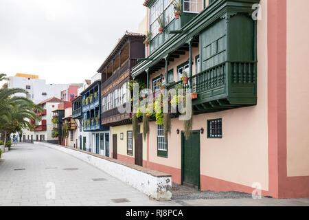 Häuserfront an der Avenida Maritima, Balkonhäuser, Santa Cruz de La Palma, La Palma, Kanarische Inseln, Spanien - Stock Image