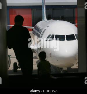 Family in airport silhouette Cincinnati Ohio - Stock Image