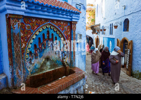 Chefchaouen, Morocco : Moroccan women walk in the blue-washed medina old town. - Stock Image