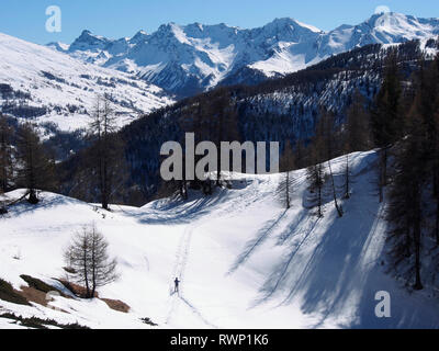 Descending from Sommet Bucher, Molines-en-Queyras, Parc regional du Queyras, French Alps - Stock Image