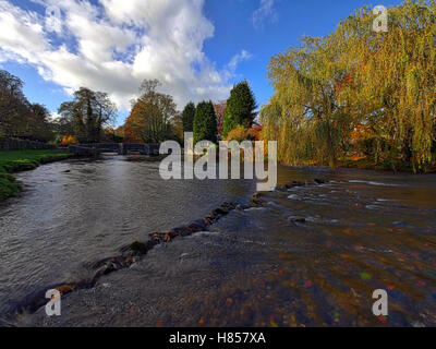 Ashford on the Water, Near Bakewell, Derbyshire, UK. 10th November, 2016. UK Weather Autumnal colours on the trees - Stock Image