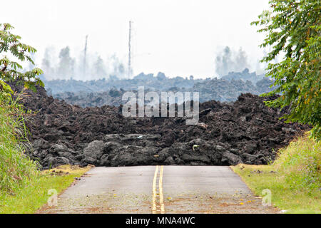 A lava roadblock covers a residential road caused by the Kilauea volcano eruption at Leilani Estates May 12, 2018 in Pahoa, Hawaii. The recent eruption continues destroying homes, forcing evacuations and spewing lava and poison gas on the Big Island of Hawaii. - Stock Image