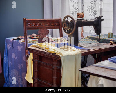 Old antique sewing machine display at the outdoor museum in Old Alabama Town, Montgomery Alabama, USA. - Stock Image