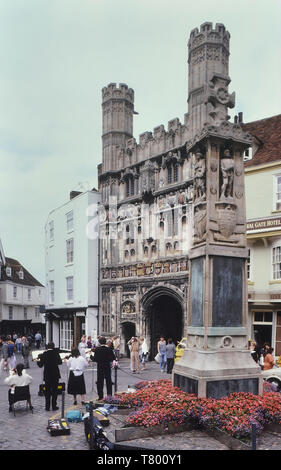 Classical musicians performing at The Buttermarket showing Christ Church Gate and the War Memorial, Canterbury, Kent, England, UK. Circa 1980's - Stock Image