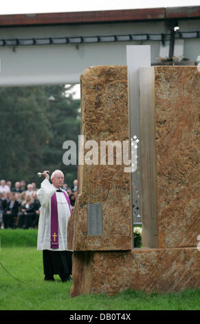 Priests Gerhard Ortmann blesses a memorial in Lathen, Germany, 22 September 2007. Exactly one year ago, a Transrapid - Stock Image