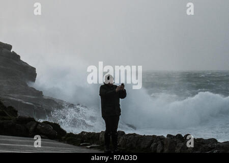 Sennen Cove, Cornwall, UK. 8th December 2018. UK Weather. Winds gusting to 70mph are starting to hit Cornwall this evening, with a yellow weather warning for the wind and flooding on the north Cornwall coastline. Credit: Simon Maycock/Alamy Live News - Stock Image