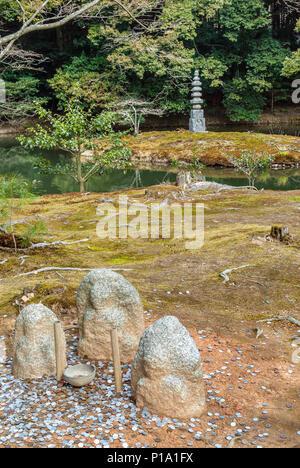 An-Min-Taku Pond and the Hakuja-no-Tsuka stone pagoda at the at the Rokuon-ji Temple Garden in Kyoto, Japan. | An-Min-Taku Teich und die Hakuja-no-Tsu - Stock Image