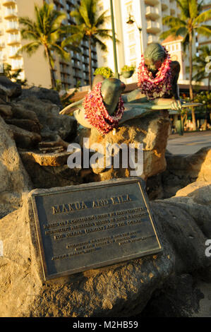 Makua and Kila statue, seal and surfer, Waikiki, Honolulu, Hawaii, USA - Stock Image